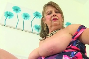 English gilf Elle fingers her age-old cunny